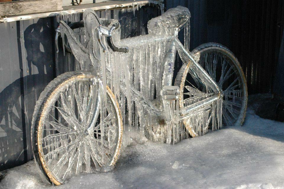 rower na balkonie oblodzony