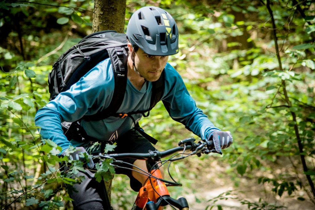 plecak xlc na wyprawie w lesie