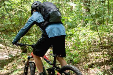 plecak xlc na plecach rowerzysty mtb