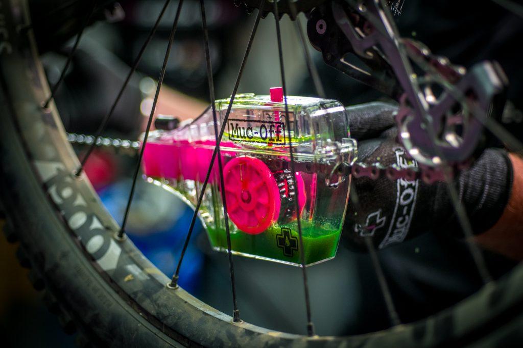 czyszczenie łańcucha rowerowego szczotkami