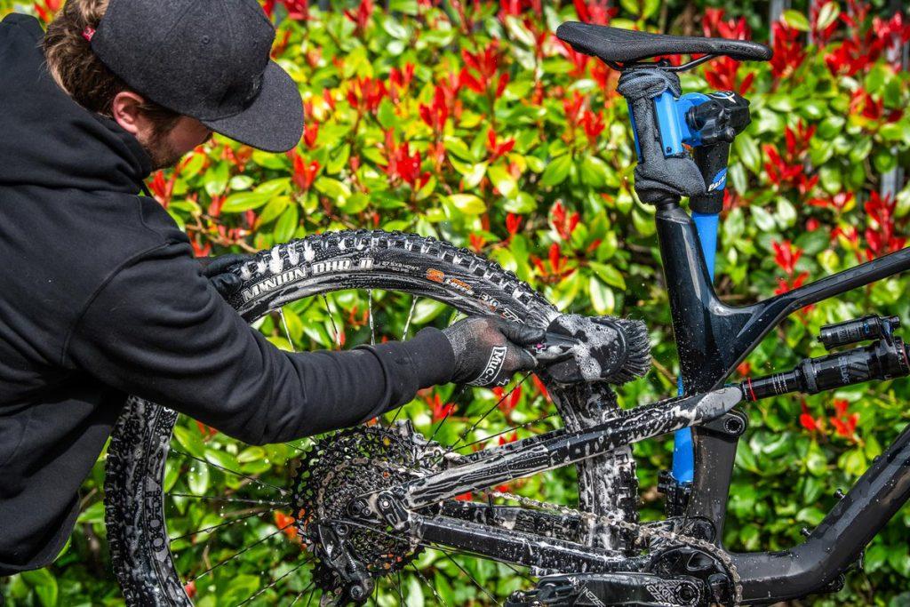 czyszczenie roweru szczotką