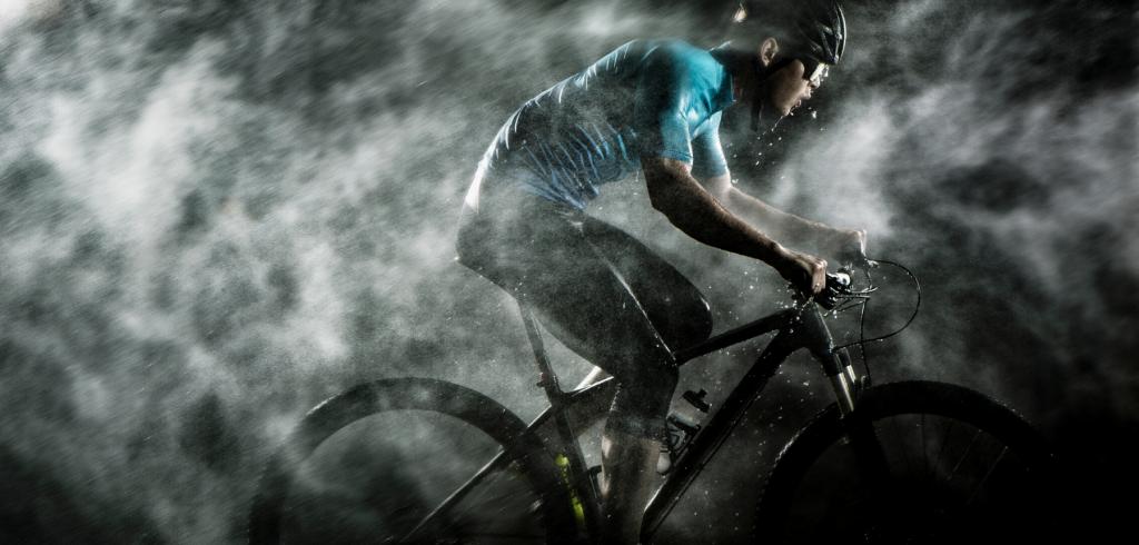 na rowerze w deszczu