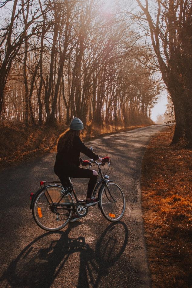 na rower jesienią w ciepłym ubraniu