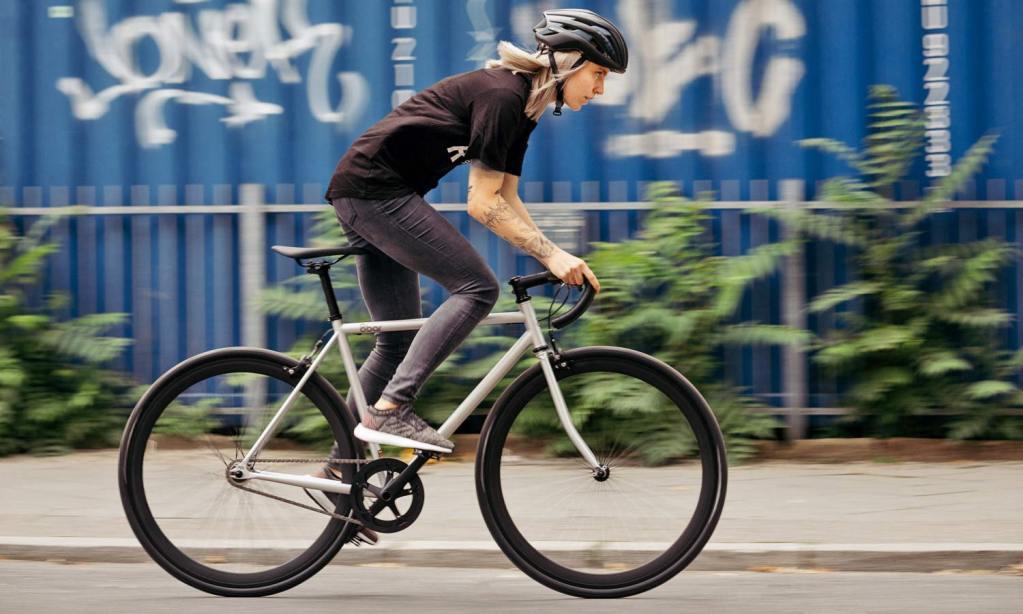 rower ostre koło w ruchu miejskim