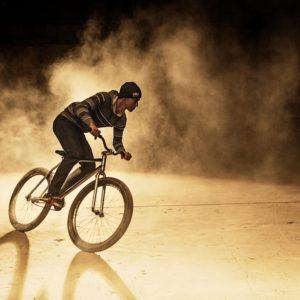 rowerzysta dosiada ostre koło