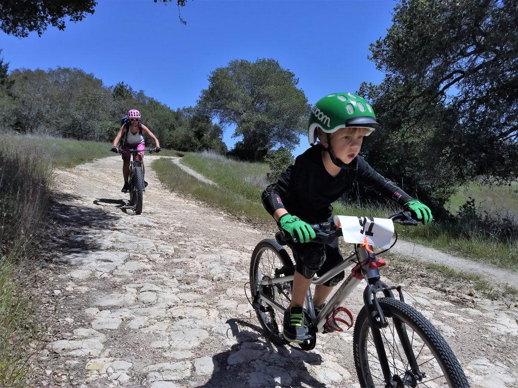 ochraniacze na rower dla dzieci są szczególnie ważne dla bezpieczeństwa najmłodszych