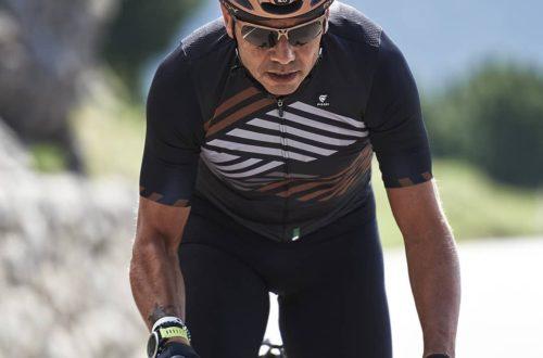 okulary rozjaśniające na rower noszone przez kolarza szosowego