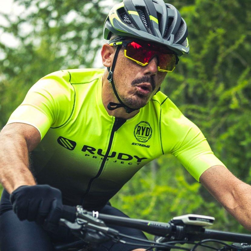 okulary rozjaśniające na rower to dobry wybór dla kolarzy górskich