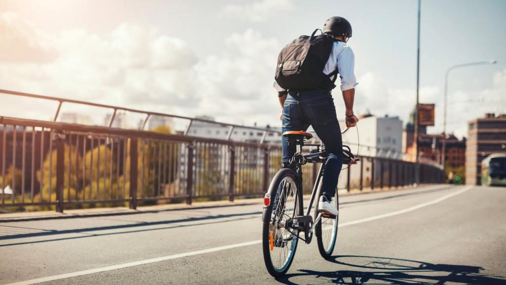 Plecak rowerowy na tle miejskiej dżungli