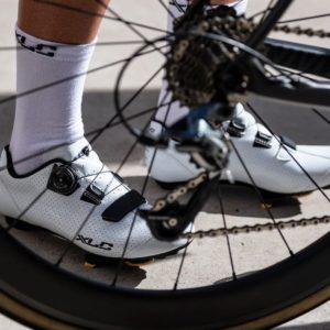 Buty rowerowe XLC CB R09 jako tło szprych koła szosowego