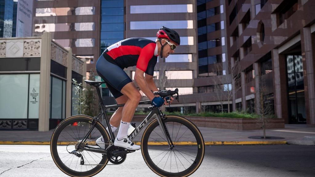 Buty rowerowe XLC CB R09 wraz z kolarzem jadącym na rowerze