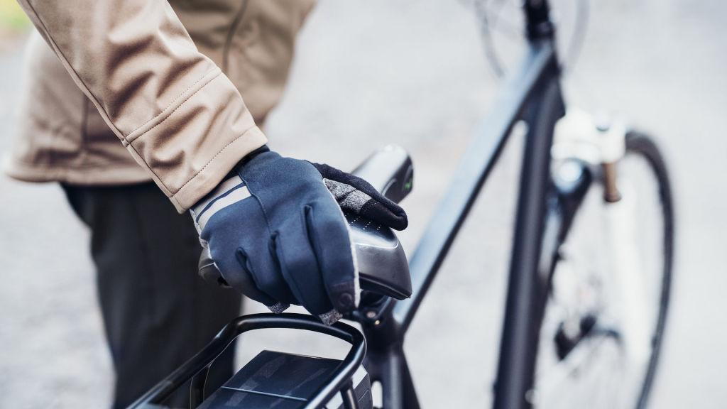 Długie rękawiczki rowerowe wykorzystane podczas przejażdżki rowerowej