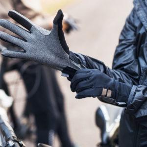 Rękawiczki rowerowe w trakcie wycieczki na rowerze