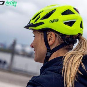 Kask na głowie kolarza jako metoda na bezpieczny rower