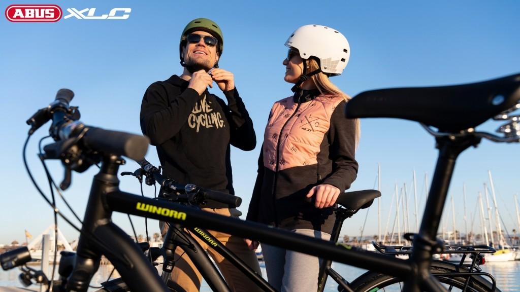 Dwójka kolarzy ukazująca sposób na bezpieczny rower