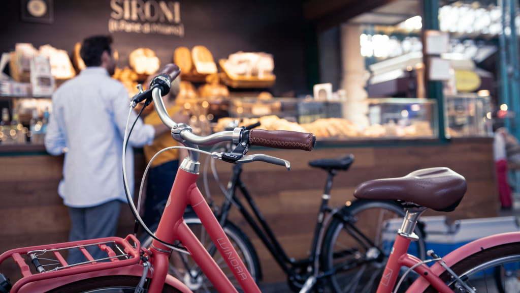 Chwyty rowerowe na tle urbanistyki