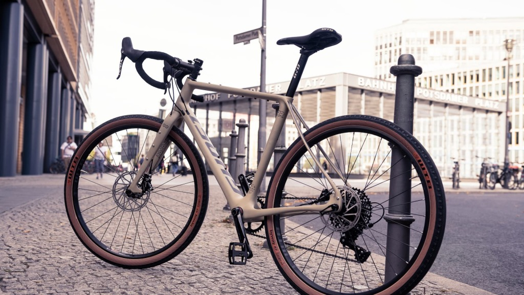 korba rowerowa w rowerze gravelowym na tle urbanistyki