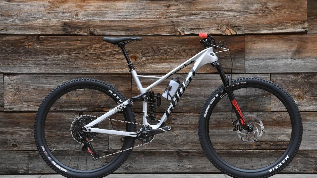 korba rowerowa wraz z całym osprzętem w rowerze MTB