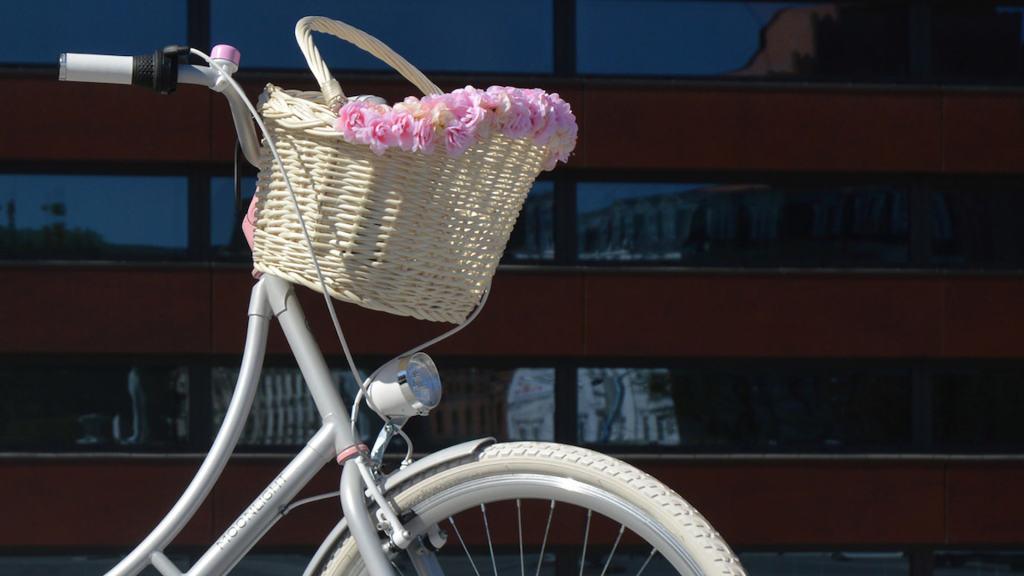 koszyk na rower z kwiatami