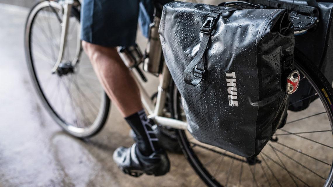 sakwy rowerowe Thule zamontowane na bagażniku tylnym