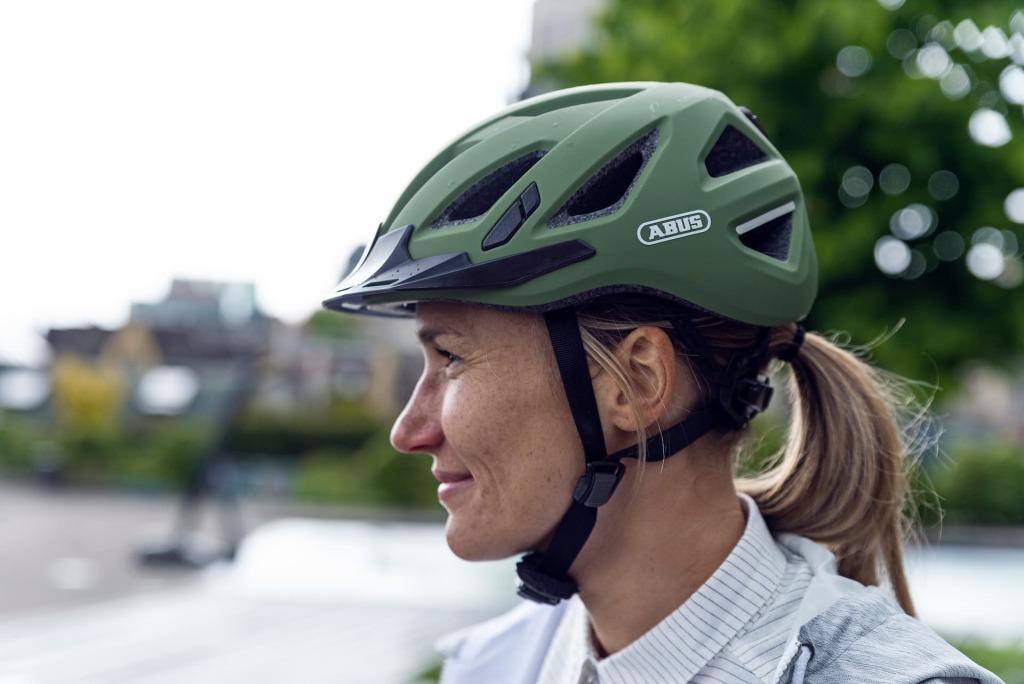 kask abus urban-i 3.0 w kolorze ciemnej zieleni